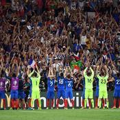 Les Bleus fêtent leur victoire avec un clapping à l'islandaise avec leurs supporteurs