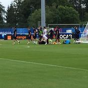Touché à la main, Evra stoppe l'entraînement des Bleus