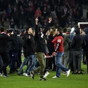 Lille : Les supporters envahissent le terrain et s'en prennent aux joueurs