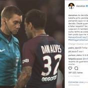 Dani Alves, avec sa «paire bien mise», s'en prend à l'arbitre sur Instagram