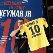 Sur les Champs-Elysées, les supporters du PSG se ruent sur les maillots Neymar