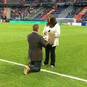Un spectateur demande sa femme en mariage avant un match de Ligue 1