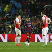 Alexis Sanchez, Mesut Ozil et les Gunners dépités après le deuxième but de Lionel Messi, en 8es de finale retour de la C1 en 2015-16