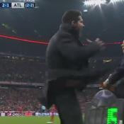 Quand Simeone frappe le délégué de l'Atlético au bord du terrain