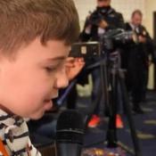 Un «journaliste» de 11 ans surprend tout le monde en conf' de presse