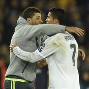Un spectateur s'invite sur la pelouse et fait un câlin à Cristiano Ronaldo