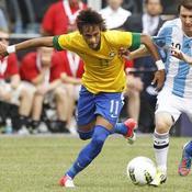 Neymar (Brésil) face à Lionel Messi (Argentine) lors d'un match amical joué à East Rutherford (New Jersey), en 2012
