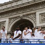 Teddy Riner et compagnie devant l'Arc de Triomphe