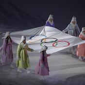 Le drapeau olympique entre dans le stade