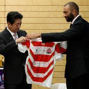 Michael Leitch, le capitaine du Japon, a offert un maillot dédicacé à son Premier ministre