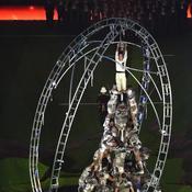 Porté en touche géant ou montagne humaine, l'enfant brandissant le trophée Webb Ellis a dû trembler pendant les répétitions.