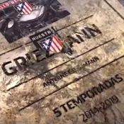 La plaque d'Antoine Griezmann devant le Wanda Metropolitano dégradée