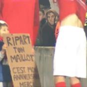 La scène touchante d'un enfant réclamant le maillot de Ripart caché derrière une pancarte