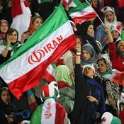 Les Iraniennes fêtent leur retour dans les stades de football à Téhéran