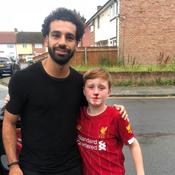 Salah vole au secours d'un jeune supporter qui se blesse en voulant le saluer