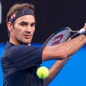 Roger Federer attend avec curiosité le service de Serena Williams