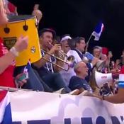 Après la victoire des Bleus, Noah chante ... avec les supporters