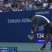 Nick Kyrgios imite le service de Roger Federer... face à Federer