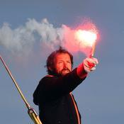 Thomas Coville craque un fumigène