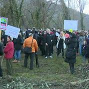 Slovènes et Croates protestent contre la clôture anti-migrants en jouant au volley