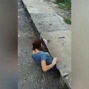 Elle se faufile dans un égout pour secourir un chat