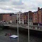 Un homme vole en jetpack au dessus de Dublin