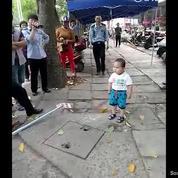 Haut comme trois pommes, il défend sa grand-mère contre la police