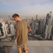 Il conduit son hoverboard au sommet d'un gratte-ciel, à quelques mètres du vide