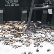 Des marins américains détruisent un bateau abandonné au large