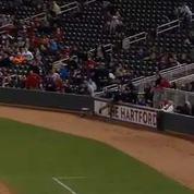 Baseball: le ramasseur de balles sauve un spectateur