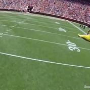 Sauter d'un avion dans un stade: rien de plus facile pour ce parachutiste américain