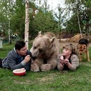 Ce couple russe vit avec un ours