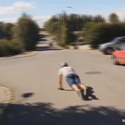 Il tombe en skate mais se rattrape et évite le choc avec le béton