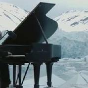 Pour Greenpeace, un pianiste joue au milieu de l'Arctique