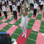 Yoga: le premier ministre indien fait le salut au soleil