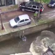 Cascade : une Porsche Cayenne éjecte une Smart dans un canal d'Amsterdam