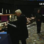 Angela Merkel signe un registre en hommage aux victimes