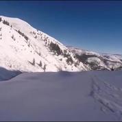 Un skieur tombe d'une falaise : aucune égratignure