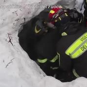 Avalanche en Italie : les pompiers extraient une mère et son enfant de l'hôtel
