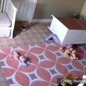 À 2 ans, il sauve son frère jumeau coincé sous une commode