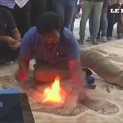 Un artiste indien peint avec... du feu !