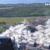 La spectaculaire démolition des deux cheminées d'une usine électrique