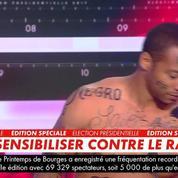 Un homme noir le corps tatoué d'insultes racistes pour dénoncer la
