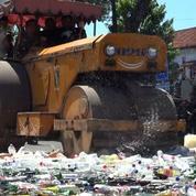 La police indonésienne détruit de l'alcool avant le ramadan