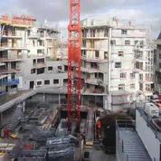 Regardez la destruction et la construction d'un immeuble en timelapse