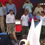 Aux côtés du président colombien, le chef des Farc dépose officiellement les armes