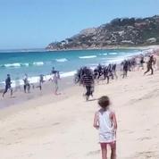 Un bateau de migrants accoste une plage espagnole sous l'oeil médusé des baigneurs