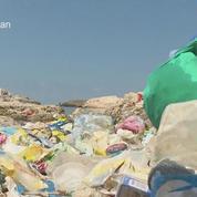 Pour lutter contre la pollution, des bénévoles nettoient une plage publique au Liban