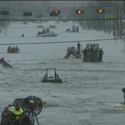 À Houston au Texas, les secours s'organisent pour sauver les victimes des inondations