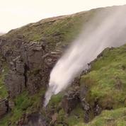 Les vents d'Ophelia sont si forts qu'ils inversent le cours d'une cascade